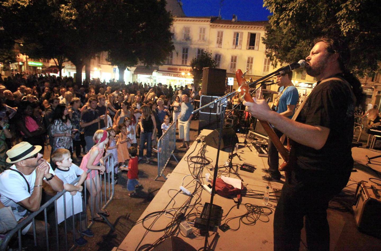 De 19h à minuit, la place située au cœur de la vieille ville va vibrer au rythme des accords rock.