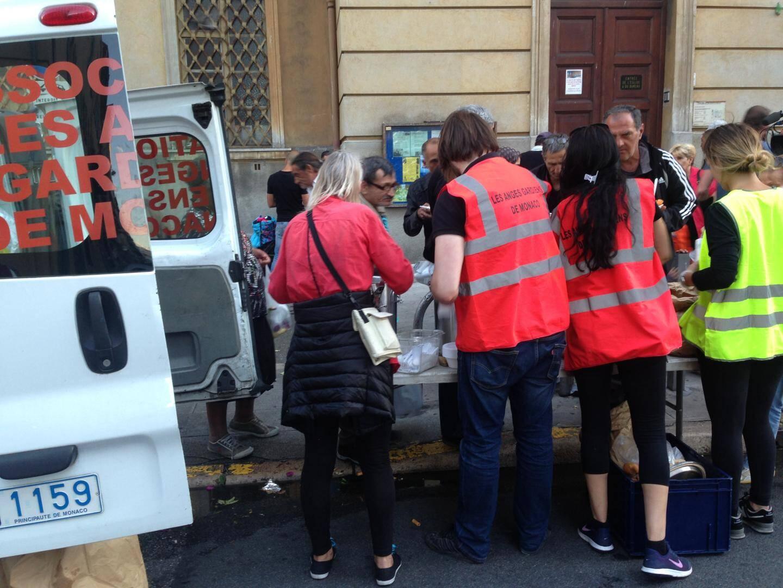 """Distribution de nourriture au Port de Nice, le lundi soir, avec l'association les """"Anges Gardiens de Monaco"""""""