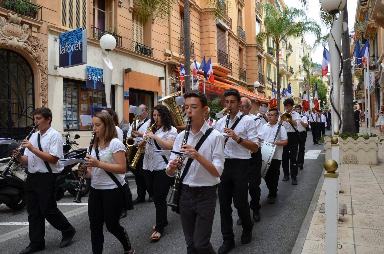 Défilé en fanfare avec en tête «l'Orchestra Filarmonica Giovanile» de Vintimille, suivi des porte-drapeaux, la Police municipale, le maire et les élus de Beausoleil ainsi que les personnalités.