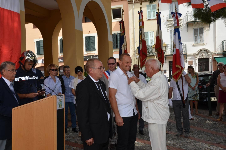 Marcel Renauld, doyen de l'association patriotique turbiasque, a remis à (de g. à dr) Jean-Pierre Bault puis à Christophe Corvi-Valetti la Croix du Combattant.