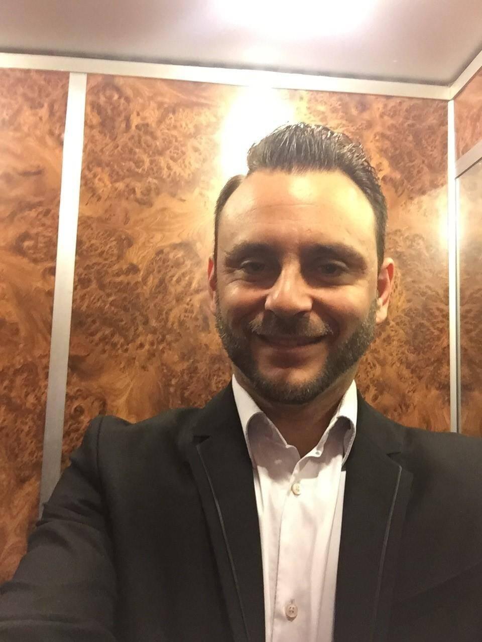 Sébastien Lisbona apporte son soutien aux jeunes couples.