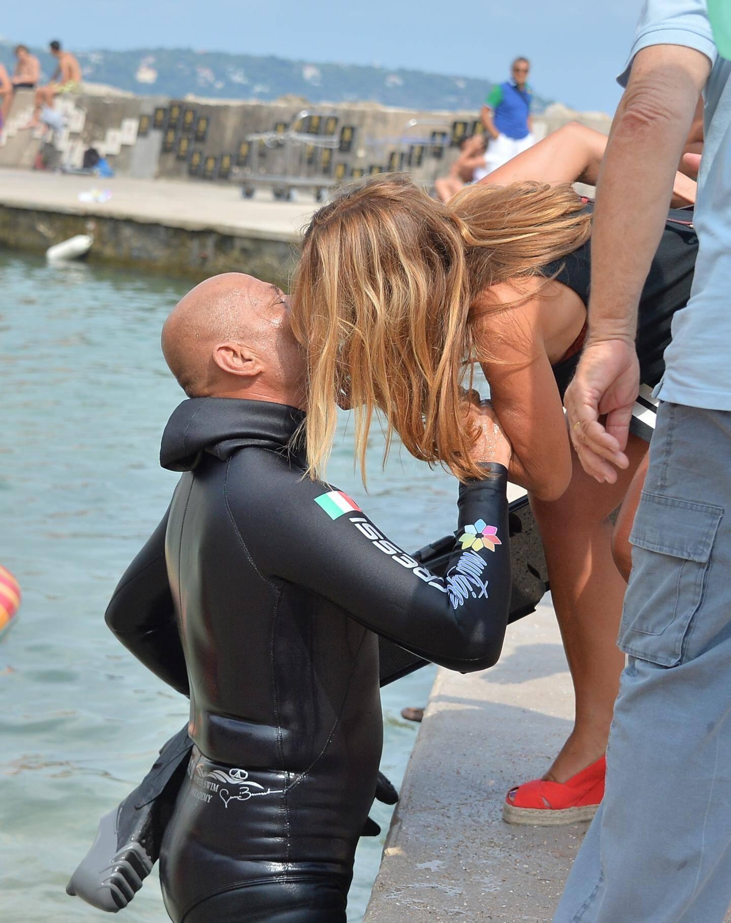 Habitué des exploits maritimes, le gaillard de 61 ans a traversé en trois jours 55 kilomètres à la nage par amour du challenge.