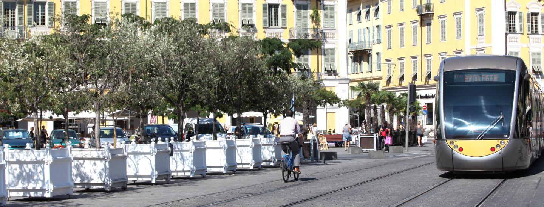 Des jardinières anti véhicule ont été installé sur la place Garibaldi par les services municipaux, pour protéger les terrasses des restaurants.