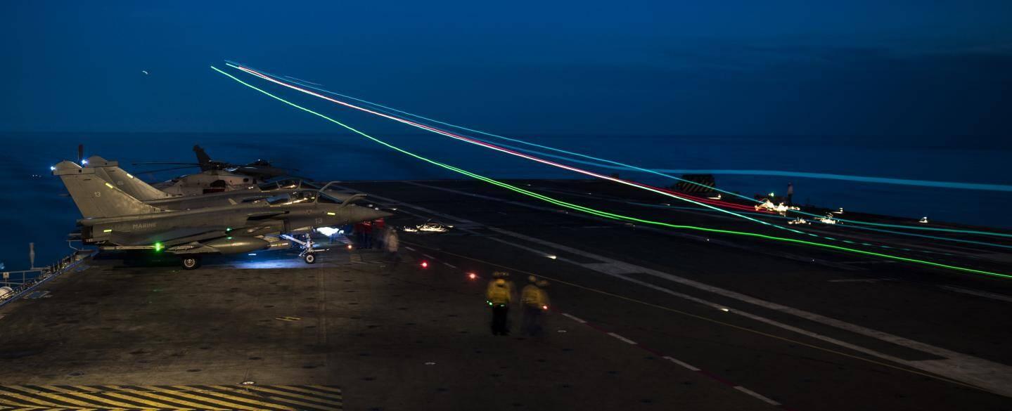 Appontage d'un rafale marine du porte-avions Charles-de-Gaulle en méditerranée en septembre 2016.