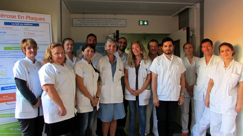 Le Dr Lebrun-Frenay (au centre, en robe bleu) entourée de l'équipe pluridisciplinaire du centre expert de sclérose en plaques.