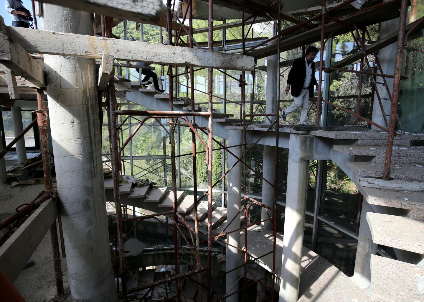Sur les huit niveaux, il ne reste que des échafaudages, des planches en bois et des montagnes de laine de verre, le tout couvert de poussière et de toiles d'araignées…