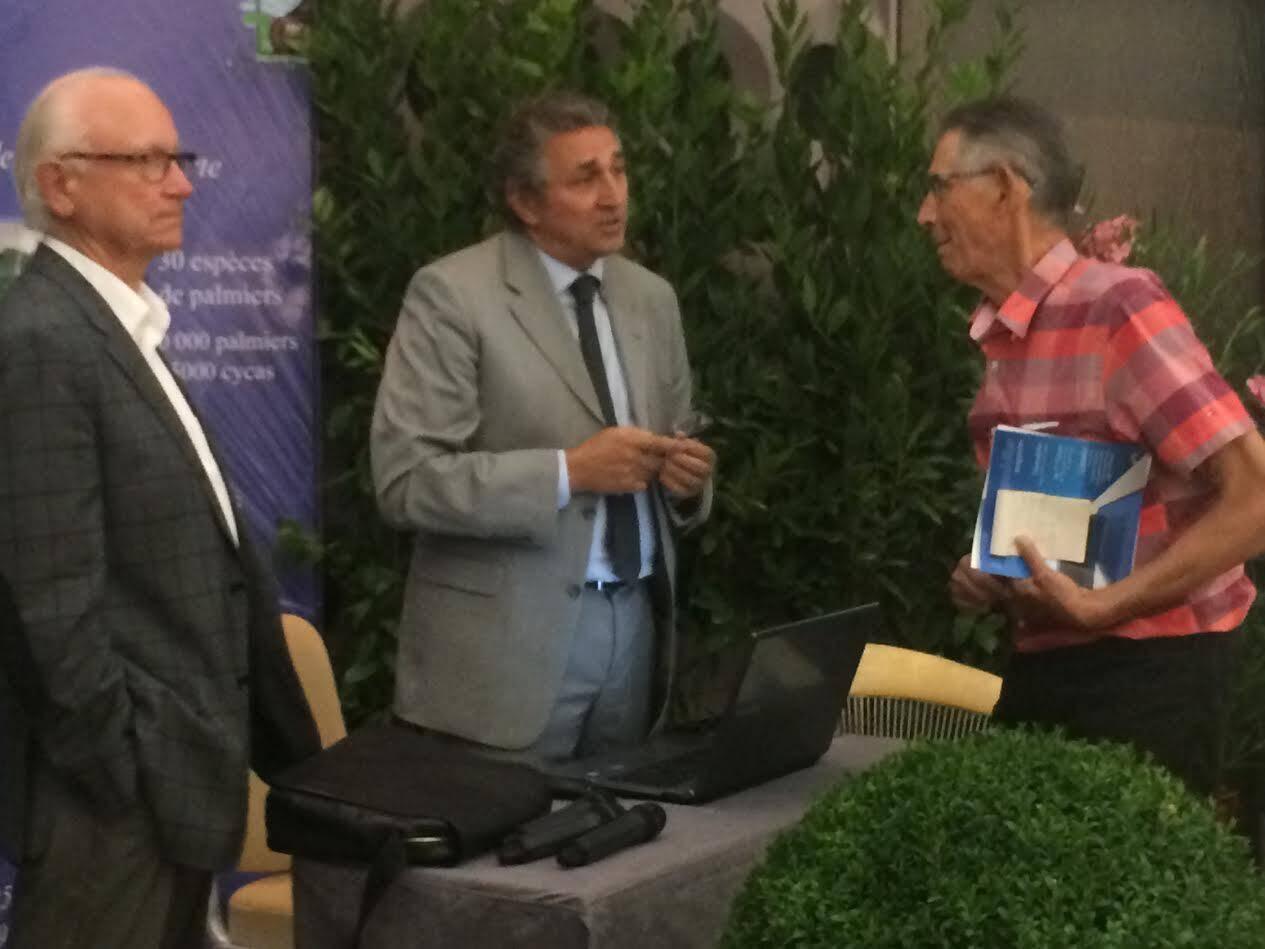 Alain Grangeon (à droite), président de l'association Sauvons le Yotel, a demandé des précisions complémentaires à Eric Giorsetti, en présence de Guy Malot, l'urbaniste-architecte qui a conçu les plans.