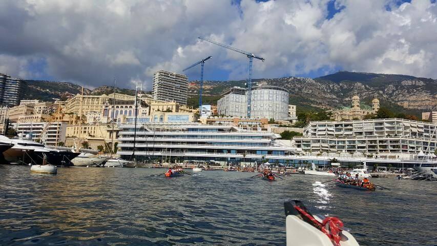 Le port Hercule, ses yachts et ses rameurs du monde entier.