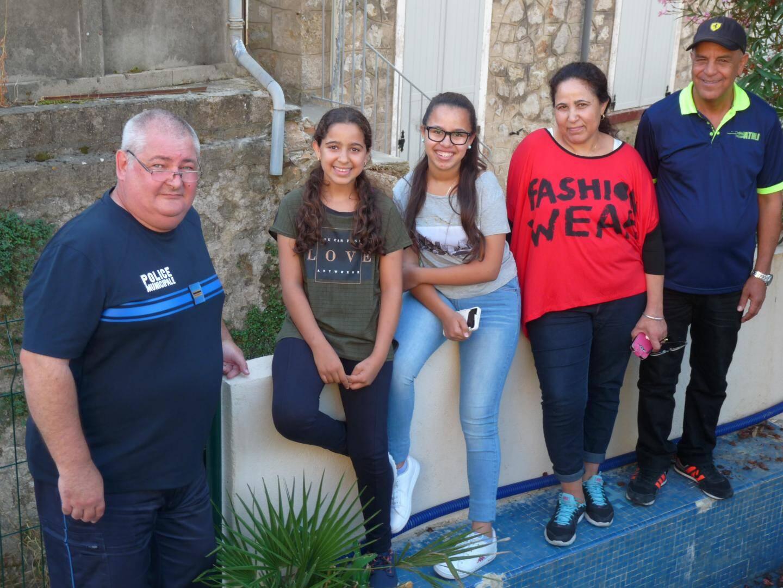 Avec son « héros », la famille Mounir s'est rendue à son ancienne adresse aux volets clos, un an après le déluge. Là où tout aurait pu s'arrêter, sans l'intervention du policier Jean-Luc Genty.