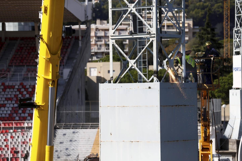 Le chantier de démolition du stade du Ray se poursuit avec le démontage ce lundi des pylônes.