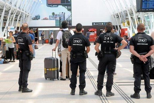Des agents du service de sécurité de la SNCF, la SUGE.