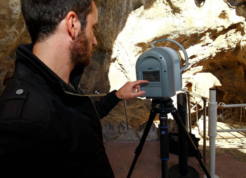 Le laser permet de realiser (voir ci-contre) une topographie très précise de l'entrée de la grotte.