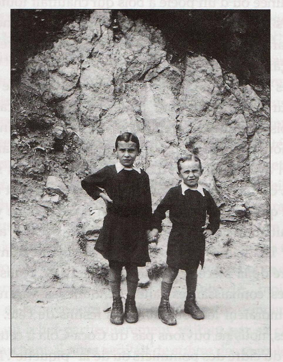 Maurice à gauche et son frère Francis sur le chemin de l'école.