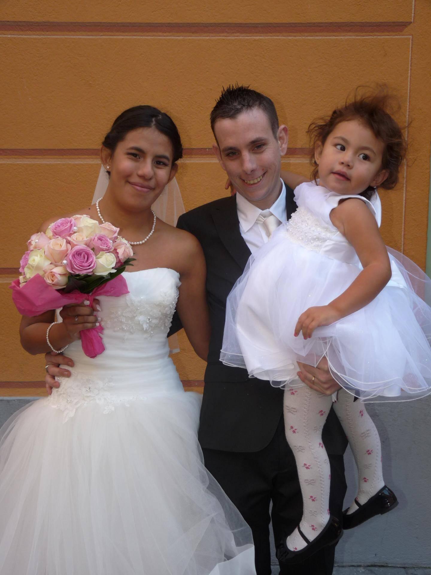 Yaneï-Laura Mariani, vendeuse, et Pedro Gonçalves Simoes, cuisinier, accompagnés de leur petite Kiara, 2 ans.
