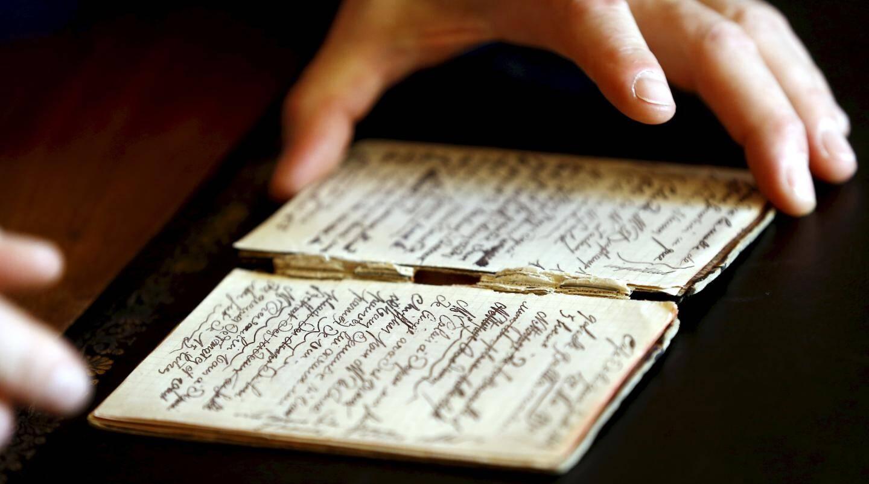 Le petit carnet de bord dans lequel a été retrouvée la note d'un employé du Café de la gare d'Arles.