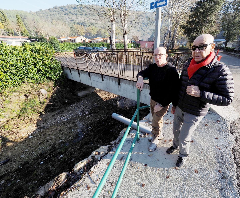 Un tablier plus solide que l'ancien et des barrières amovibles, le nouveau pont représente un danger en cas de crue selon la DDTM.