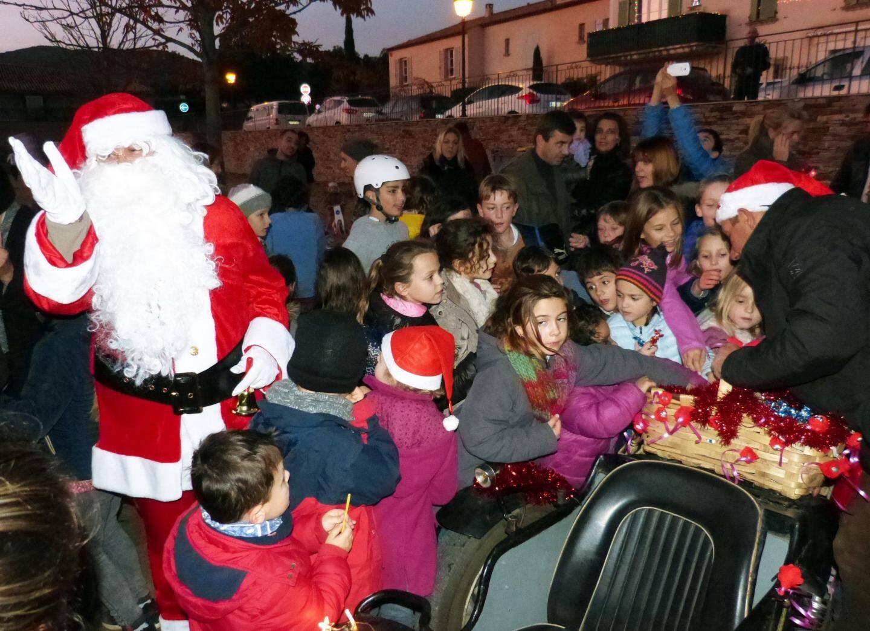 Le Père Noël a régalé les enfants avec son panier de friandises .