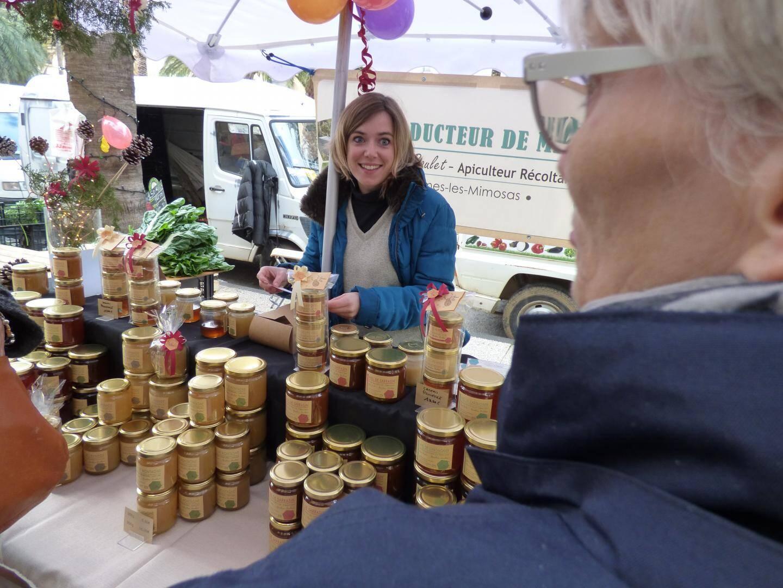 Laura est la benjamine du marché. Depuis un an, elle vend le miel de sa belle-famille (Boulet), productrice à Bormes.