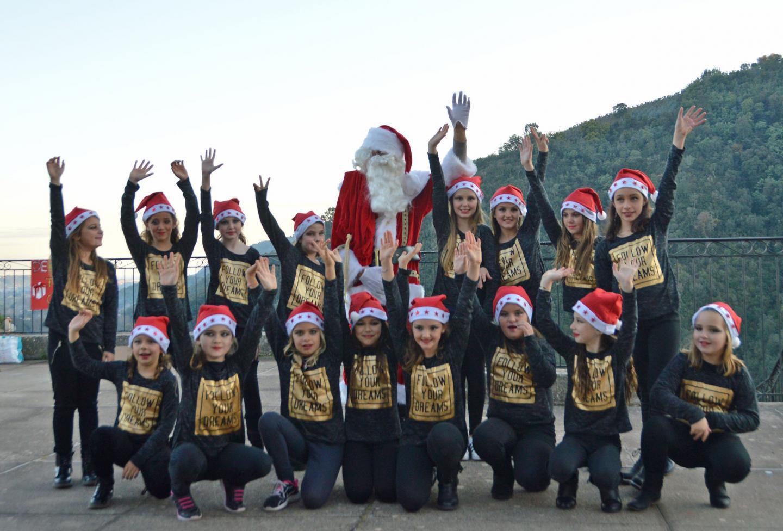 Après leur jolie chorégraphie les fillettes ont accueilli le père Noël sur la scène, le temps d'une photo.