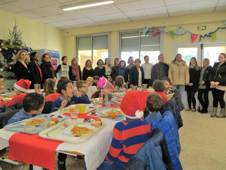 La directrice Brigitte Delcroix, les enseignants et Sylvie Hallo Martinez, de l'association des parents d'élèves, ont déjeuné au milieu des élèves de l'école Jules-Ferry .
