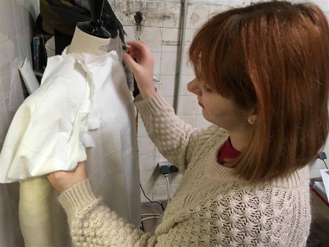 Jennifer, la costumière est très présente auprès des étudiants costumiers.