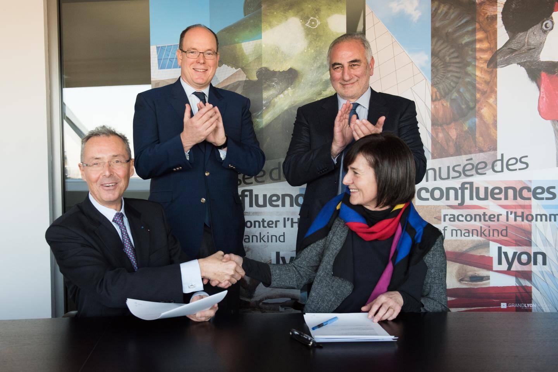 Robert Calcagno et Hélène Lafont-Couturier ont signé, le 8 décembre dernier, l'accord de collaboration sous l'œil du souverain.