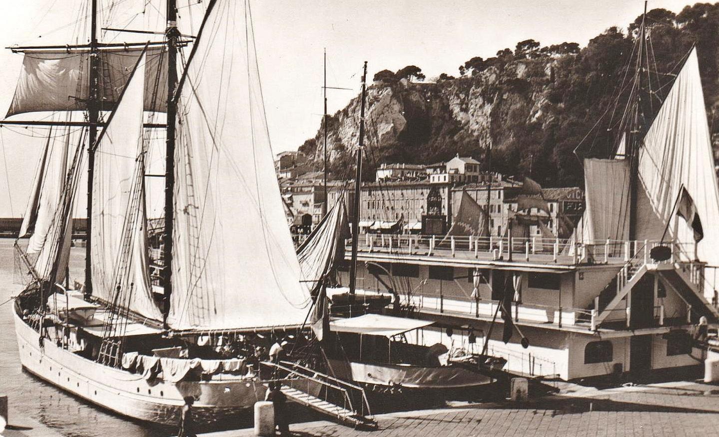Du pavillon flottant du club nautique, Matisse part en canoë...