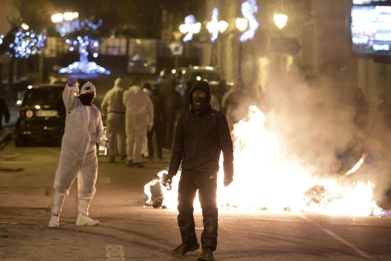 Les individus étaient presque tous équipés de masques à gaz et habillés de combinaisons blanches