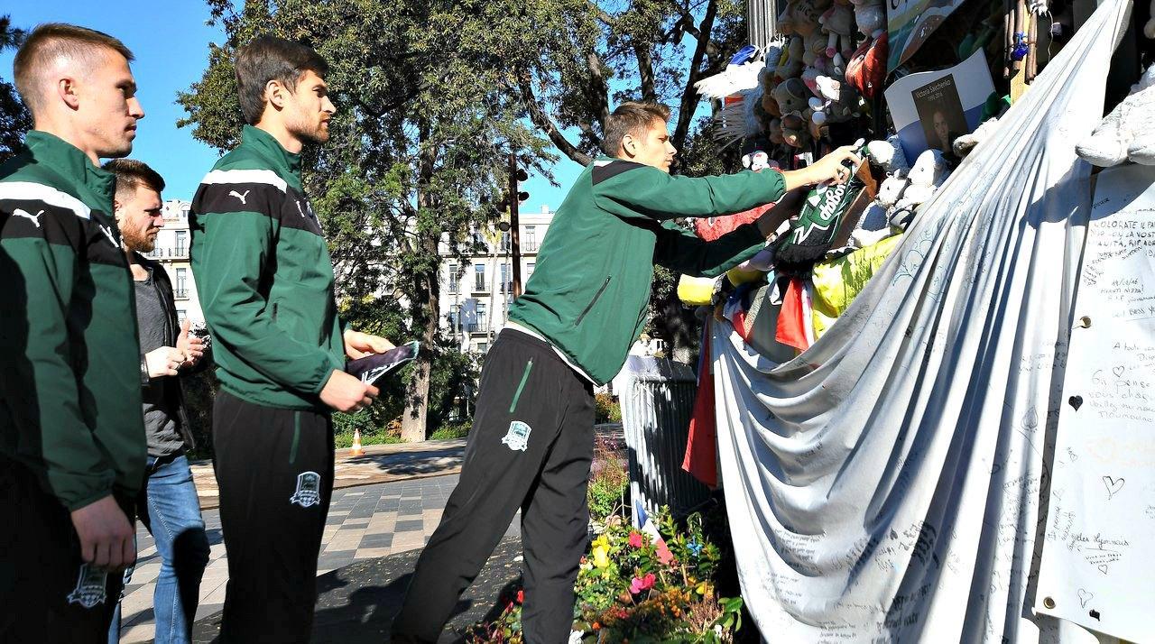 Après s'être recueillis devant le kiosque à musique, ils y ont déposé en guise d'hommage des fanions et des écharpes aux couleurs de leur club.