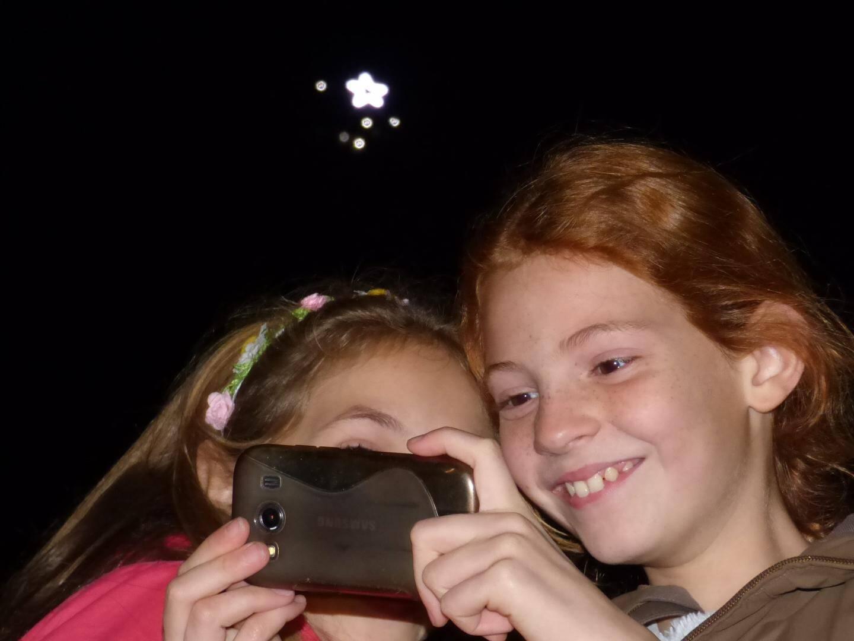 Dernière tendance à Vence, le selfie avec en fond l'étoile du baou allumée par le Lions club lundi soir.