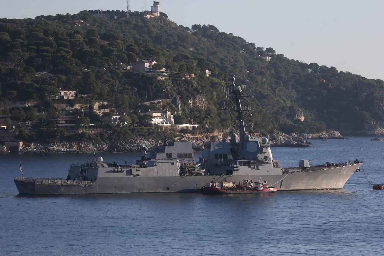 Long de 155 mètres, ce navire de guerre fait escale en rade de Villefranche après cinq mois de mission au Moyen-Orient où il a fait usage de missiles de croisière de type Tomahawk. Sur le pont arrière, on distingue le hangar et la piste d'atterrissage de ses deux hélicoptères SH-60 Sea Hawk.