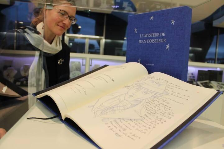 Le Mystère de Jean L'oiseleur est vendu en édition limitée. Les petits budgets pourront offrir des objets autour du lézard emblématique ou piocher dans un large choix de livres.