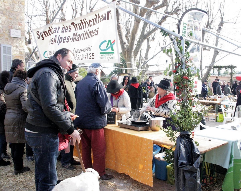 Un marché de la truffe ensoleillé et réussi au vu du nombre de visiteurs ayant fait le déplacement.