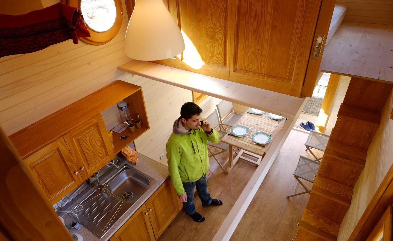 Le rez-de-chaussée est composé d'une salle de bains, d'un coin cuisine et d'une salle à manger.