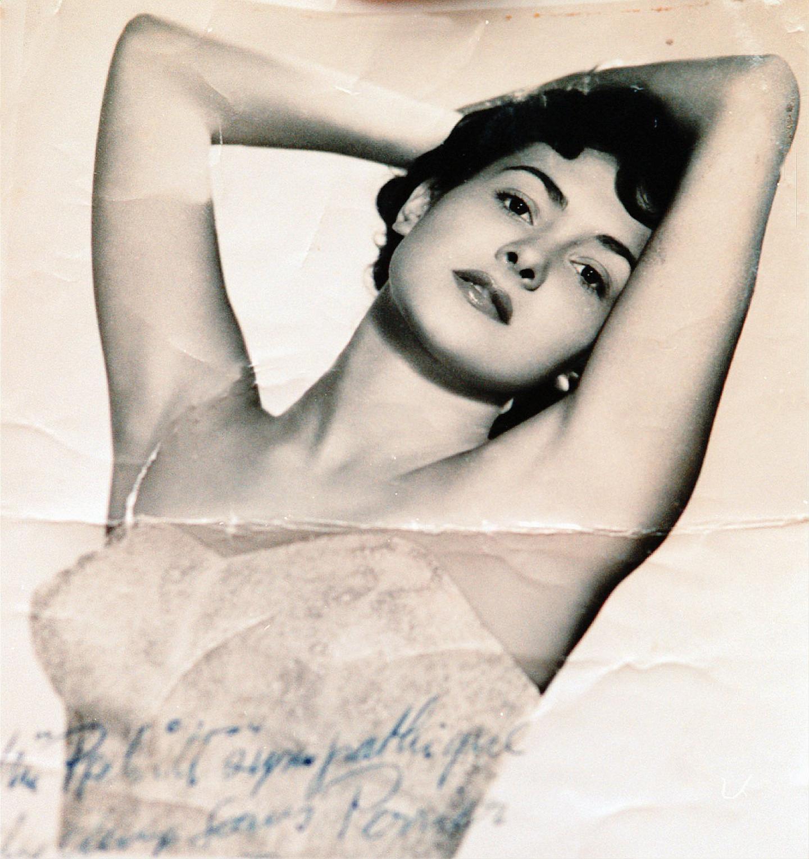 En 1953, l'année du titre, elle a 18 ans.