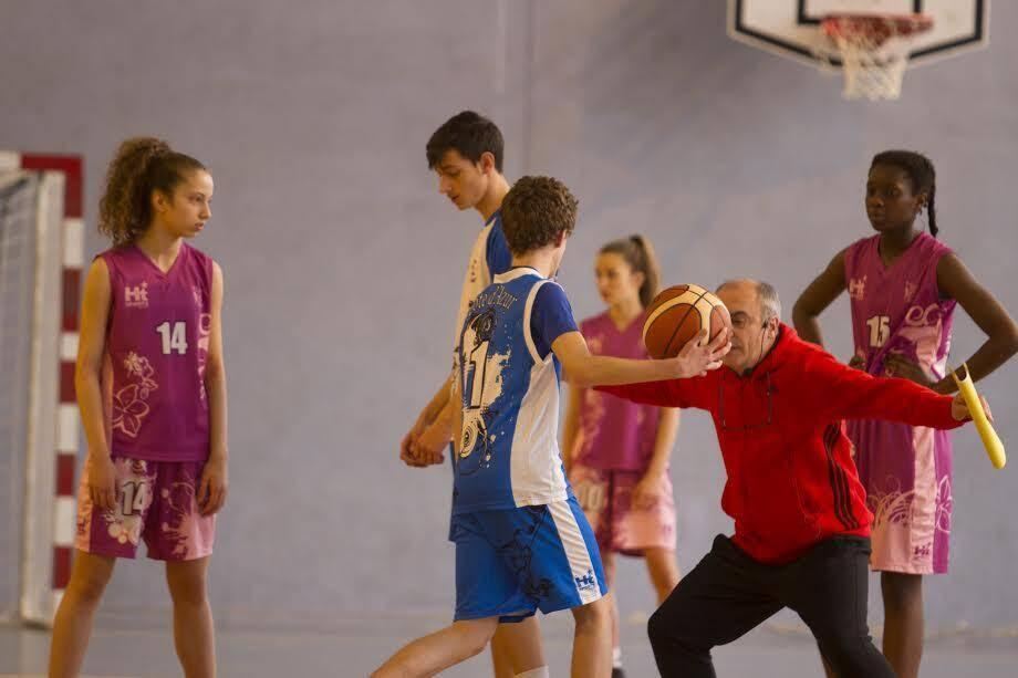 Laurent Buffard en pleine action face aux jeunes basketteurs du Pôle Espoirs.