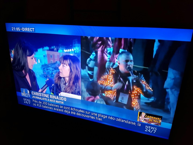 Quand une journaliste interviewe une autre journaliste… ça donne des histoires de carnaval en direct du corso. (DR)