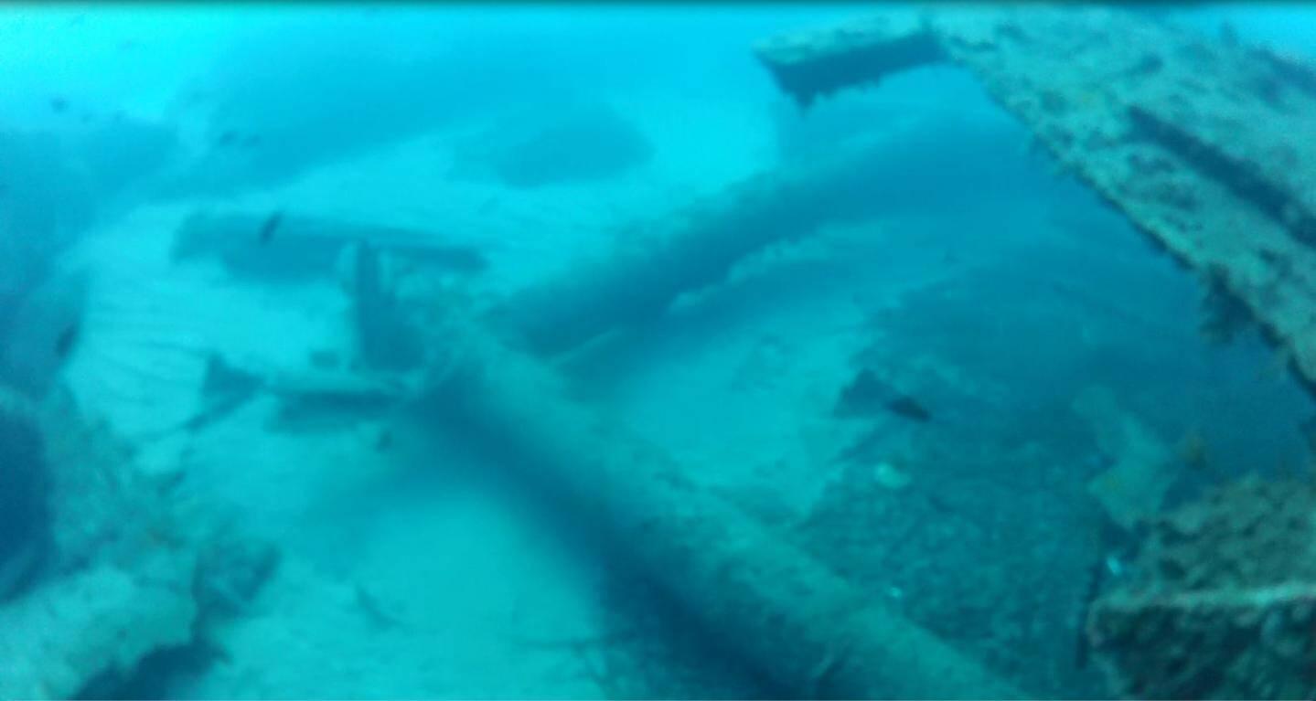 Cette ancienne barge a été découpée sous l'eau par morceaux à la disqueuse pneumatique.