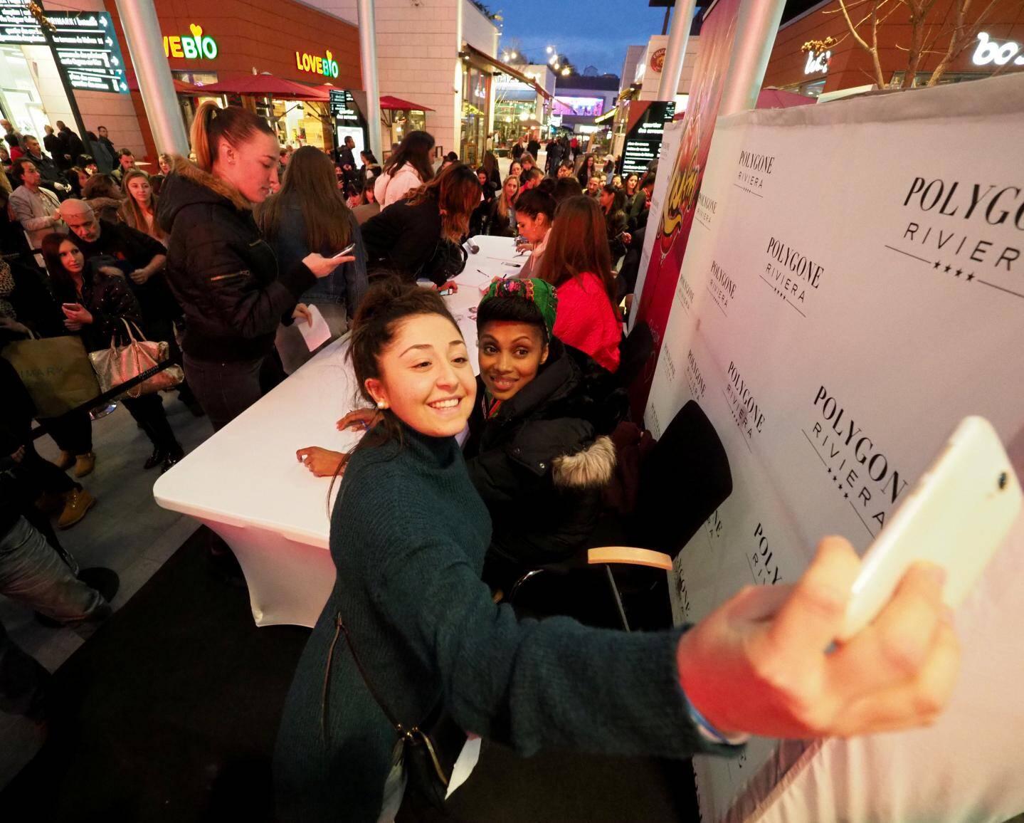 Séance de dédicaces et de selfies. Les artistes ont joué le jeu avec un beau sourire.