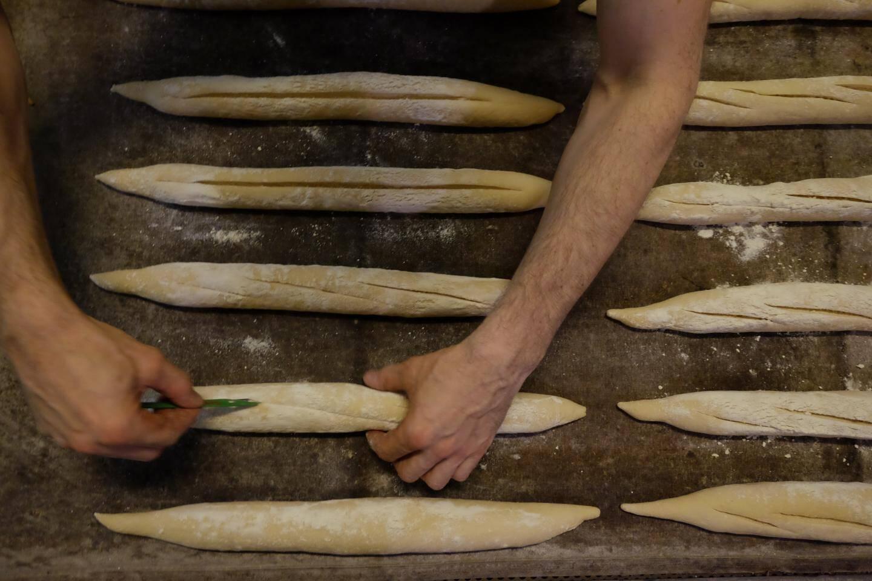 Jean-Marc produit plus de 300 baguettes blanches par jour. Et des dizaines de pains divers et variés.