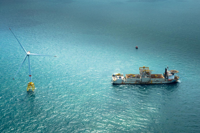 L'un des bateaux les plus impressionnants sera le gros porteur qui - à partir du mois de septembre-, approvisionnera le chantier en petits blocs de pierre qui serviront d'assise sous-marine à la plateforme. Long de 190 mètres, le bateau peut contenir jusqu'à 30000 tonnes de pierres par voyage.