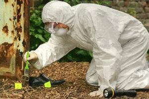 Afin de préserver les indices, les TI» sont souvent  vêtus d'une combinaison blanche, assortie de gants et d'un masque.