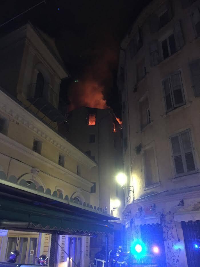 Sur les lieux de l'incendie.