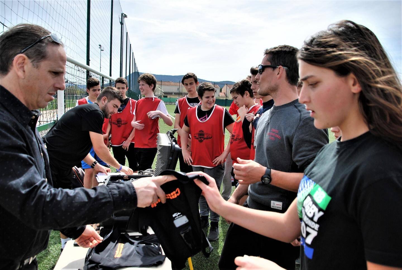 Les élèves découvrent le GPS sportif.