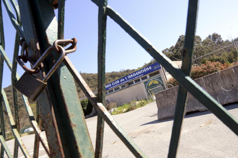 L'entrée des tennis qui a été cadenassée le 19mars dernier.