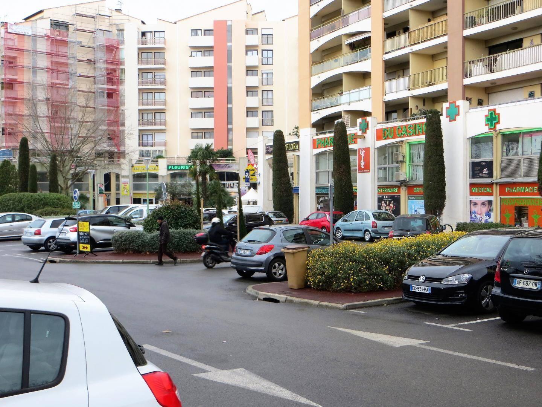 Place Pierre-Sauvaigo, un petit centre presque autosuffisant.