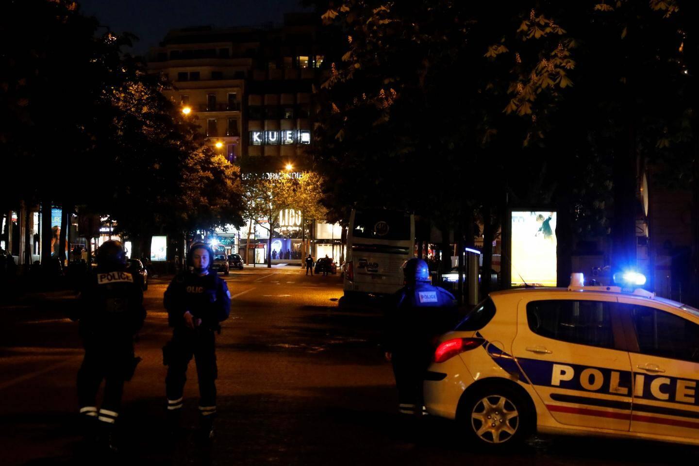 Des policiers bloquent l'accès aux Champs-Elysées.