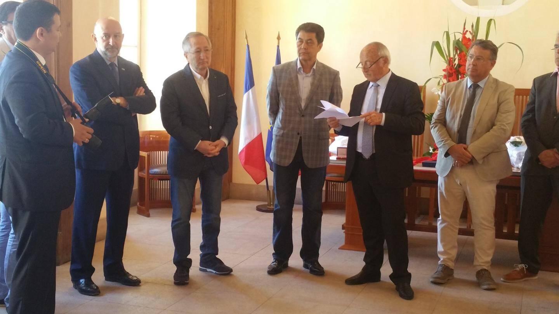 La délégation kazake avec le maire de Saint-Tropez.