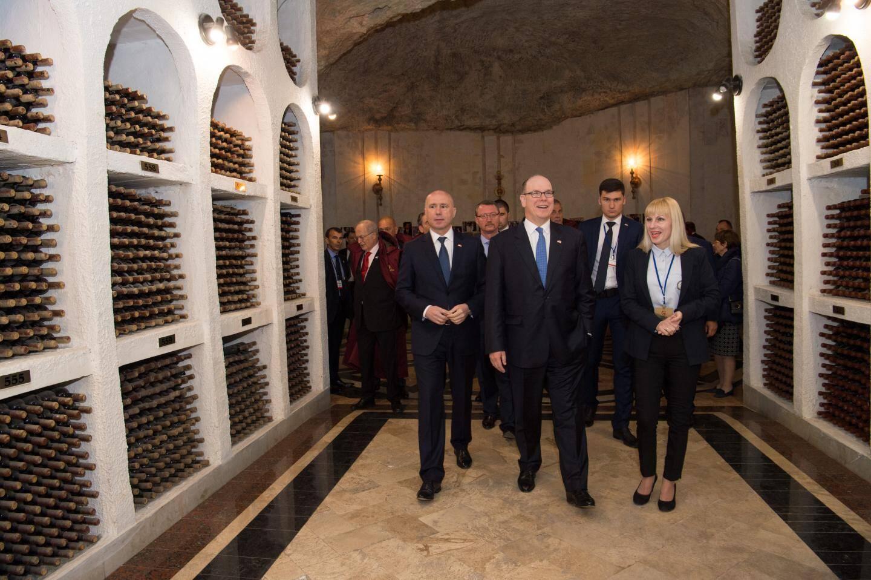 Le souverain a parcouru une partie d'une bluff(!)ante cave  à vins de Cricovia, en banlieue de la capitale Chisinau.