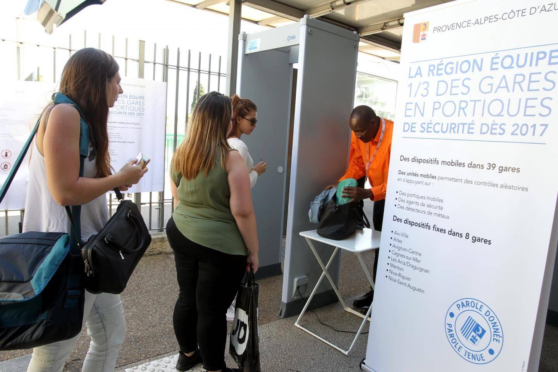 Depuis mardi, deux portiques de sécurité sont installés à la gare. Avant l'accès aux quais, les usagers se font contrôler leurs sacs et bagages avant de passer au détecteur de métaux.